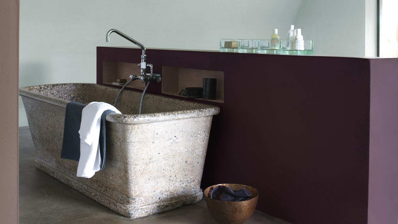 Målat badrum med rustikt badkar